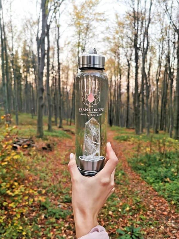 Hegyikristály kulacs az erdőben